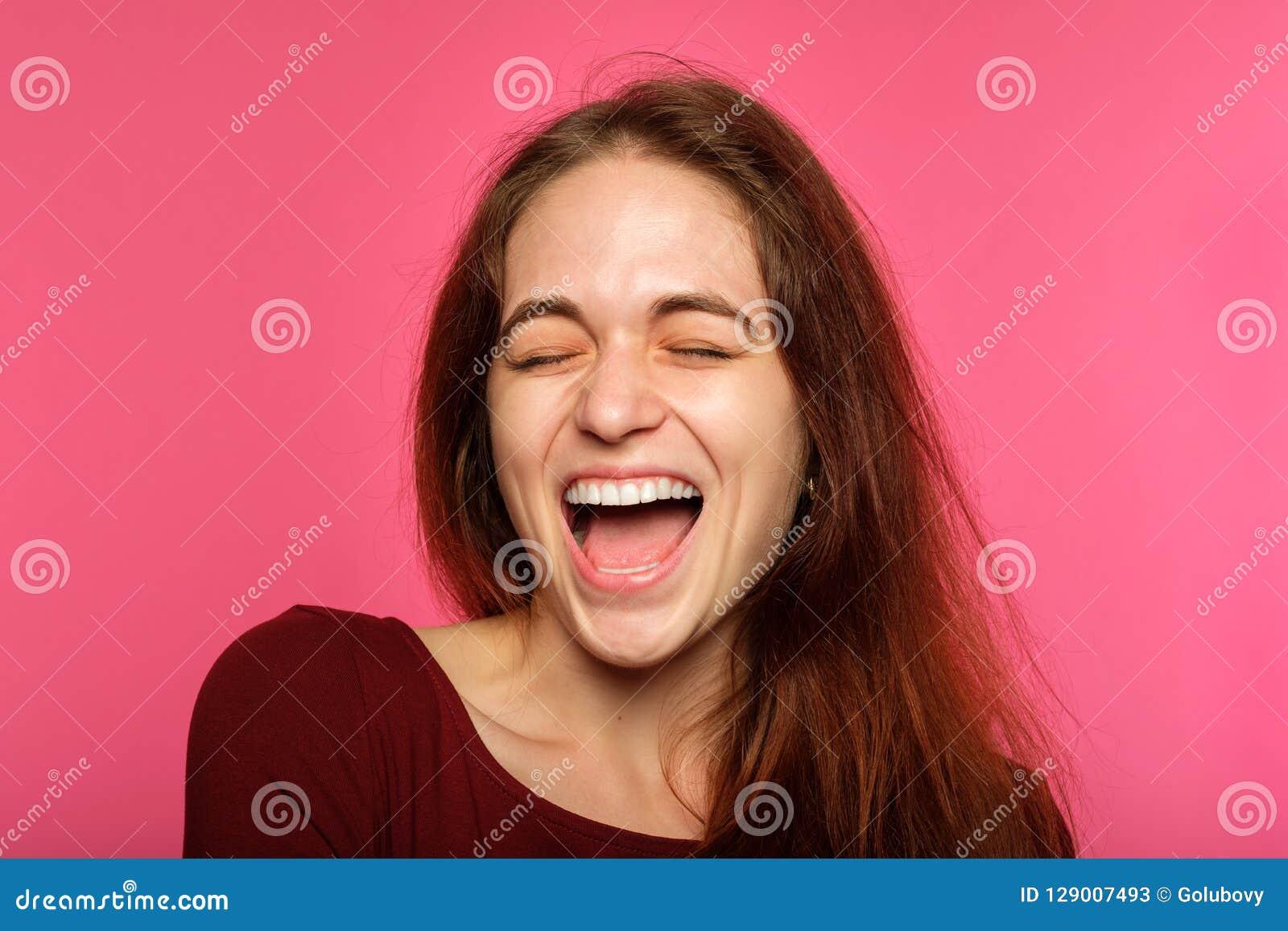 Femme avec plaisir joyeuse enthousiasmée heureuse de visage d émotion