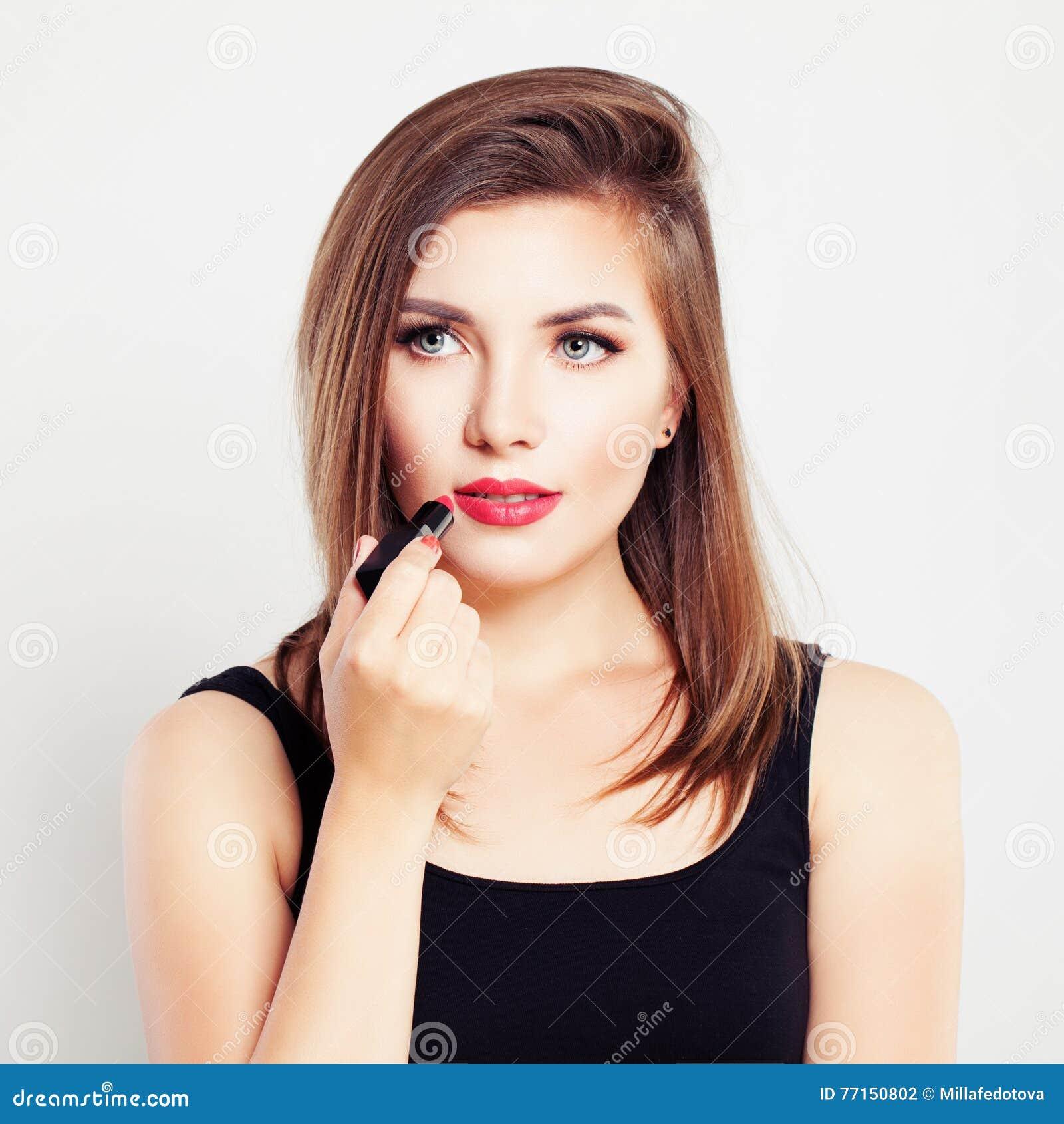 Femme avec un rouge à lèvres