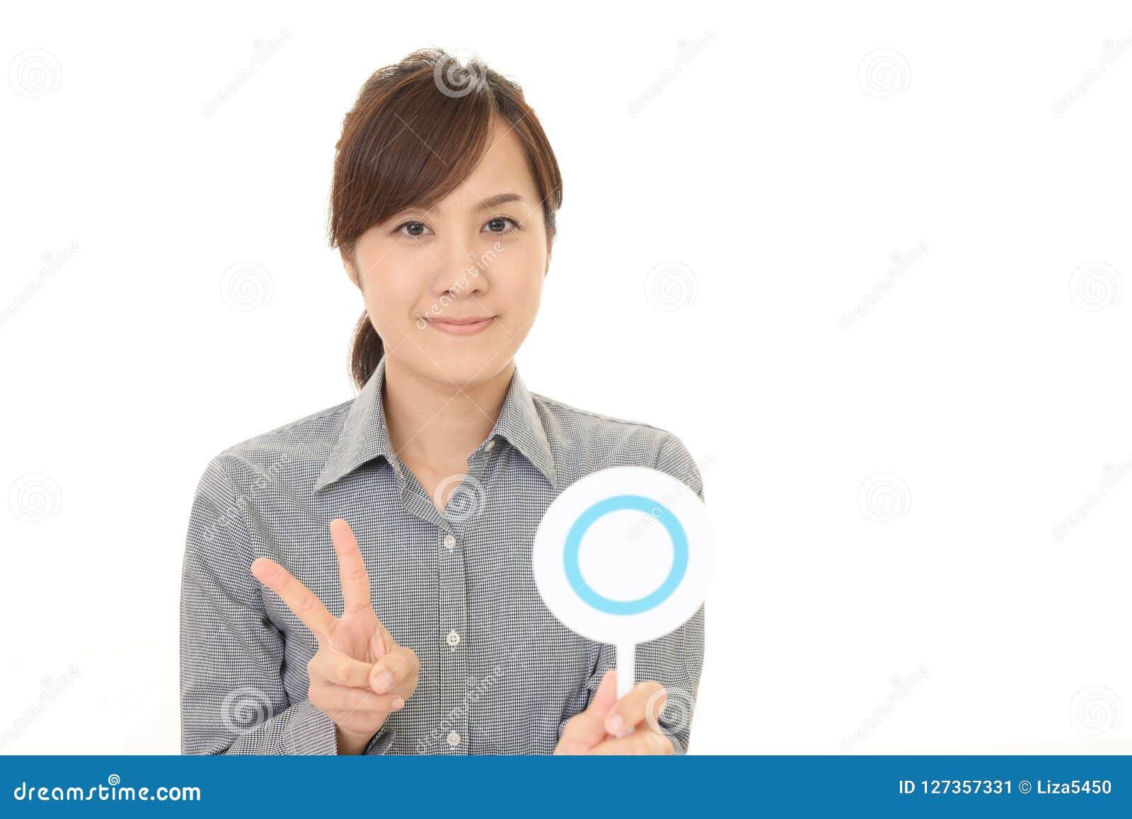 Femme avec un signe d oui