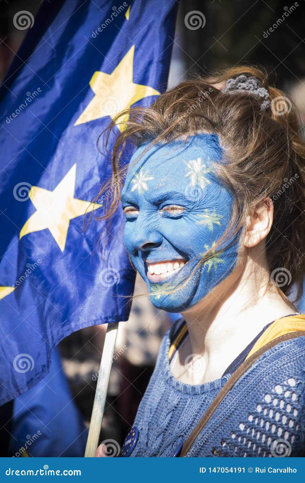 Femme avec un visage de drapeau de l Europe