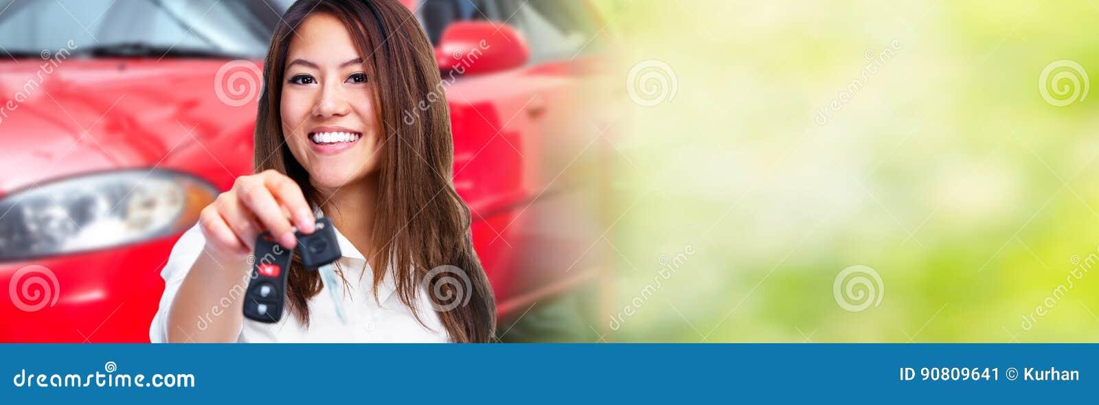 Femme avec une clé de véhicule