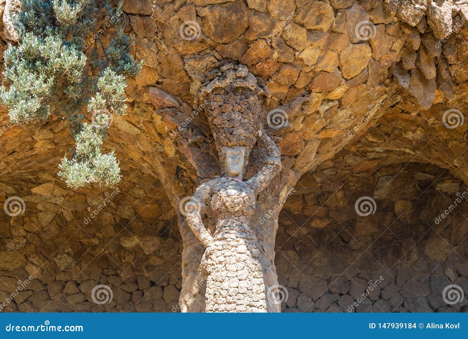 Femme avec une statue de pot en parc Guell, Barcelone, Espagne