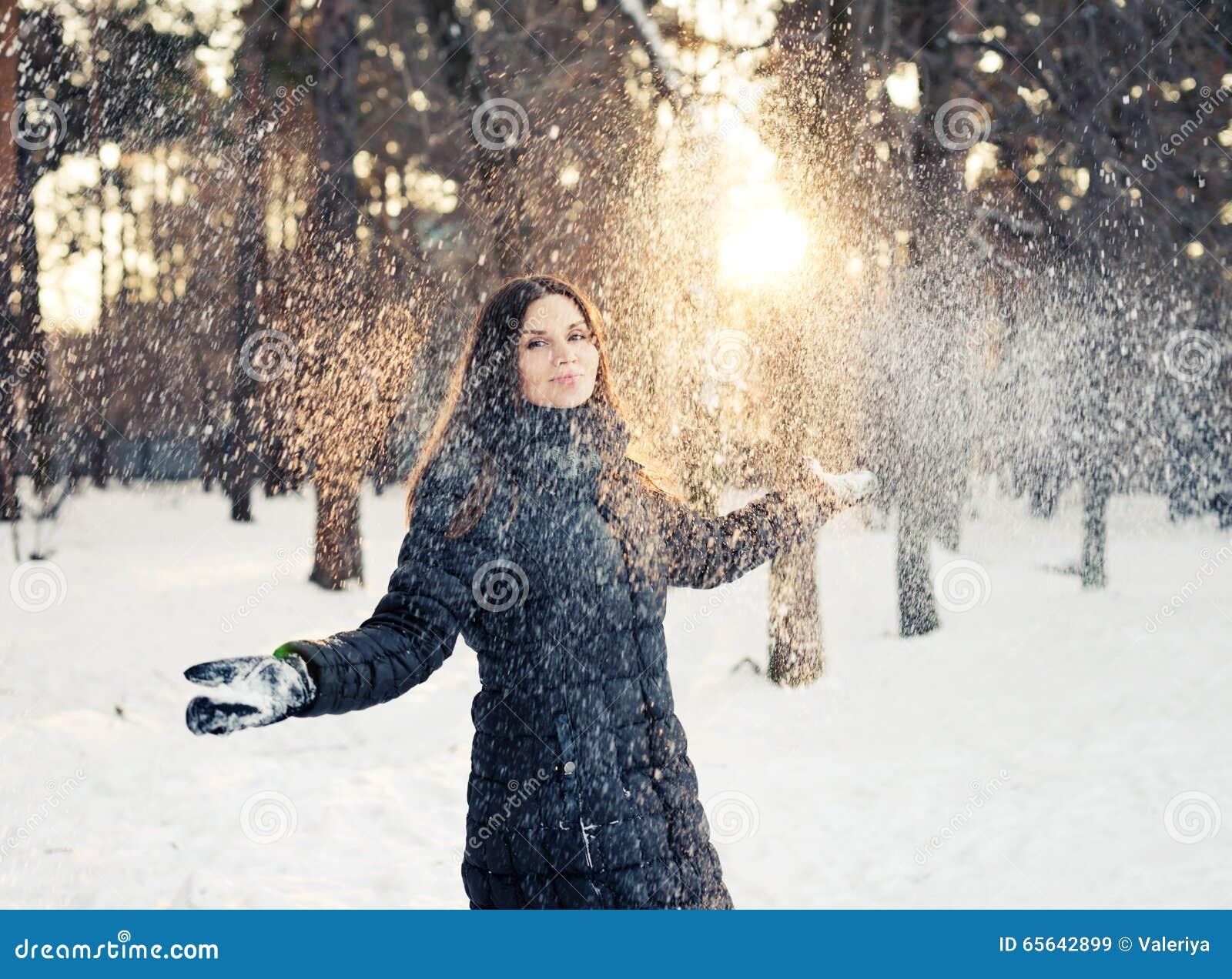 Femme ayant l amusement dans la neige