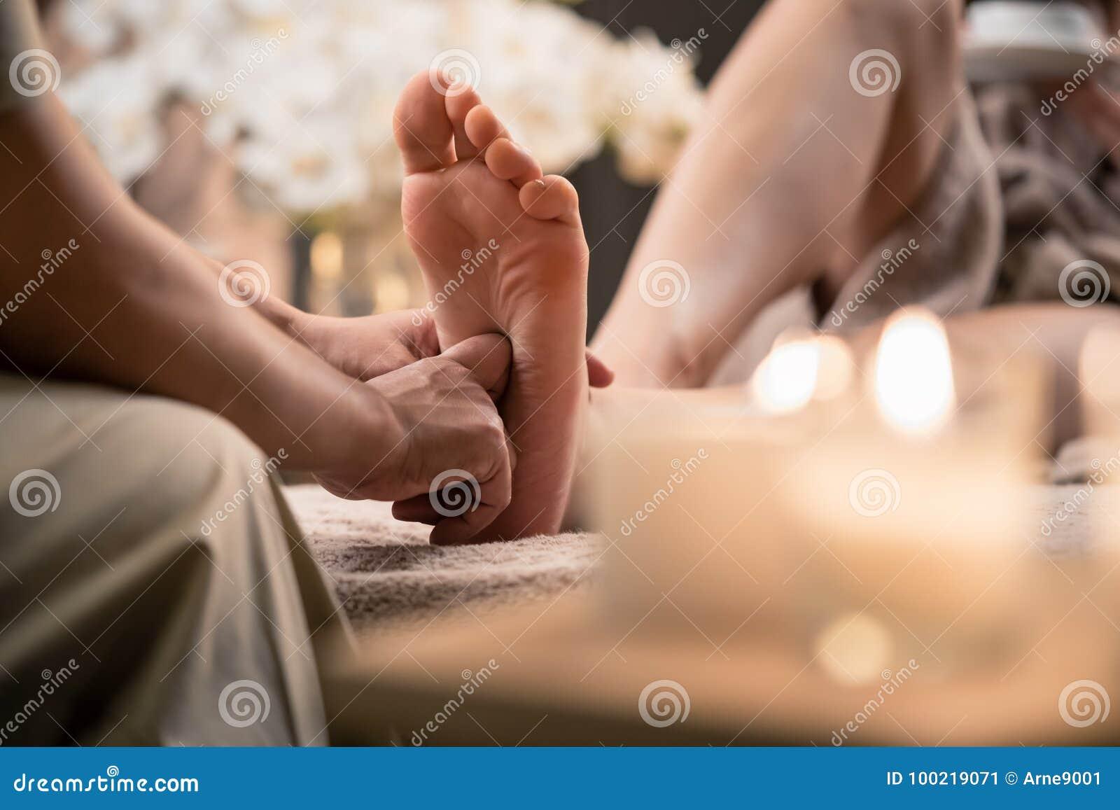 Femme ayant le massage de pied de réflexothérapie dans la station thermale de bien-être