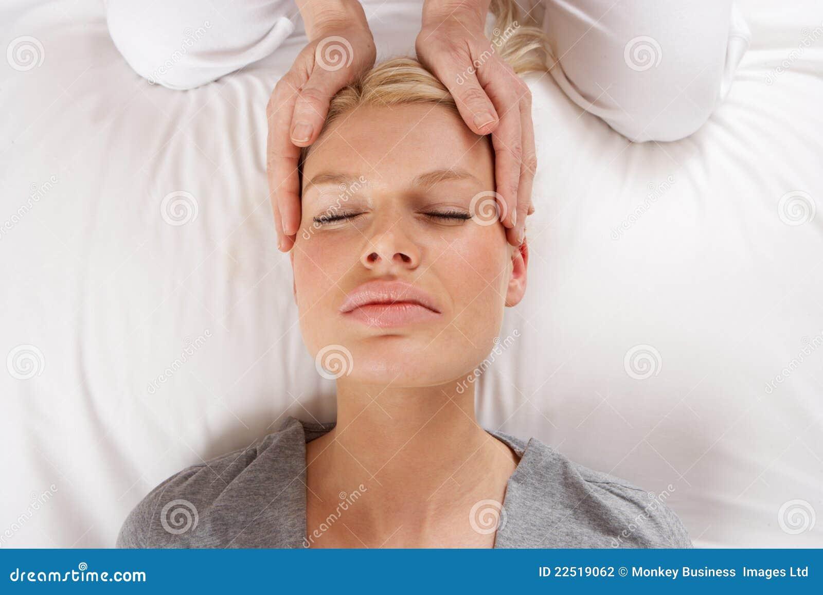 Femme ayant le massage de Shiatsu à diriger