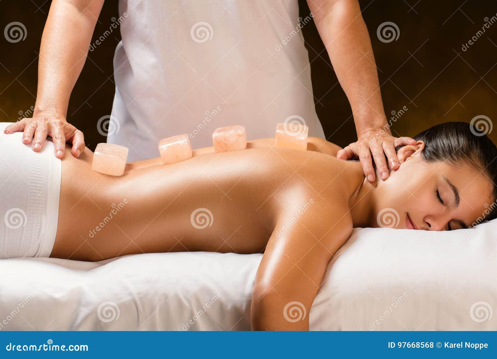 Femme ayant le massage en pierre de l Himalaya chaud dans la station thermale
