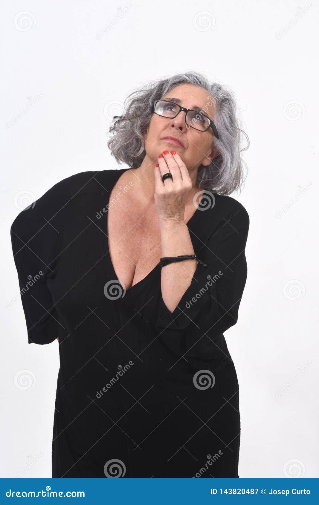 Femme ayant un doute ou une question sur le fond blanc