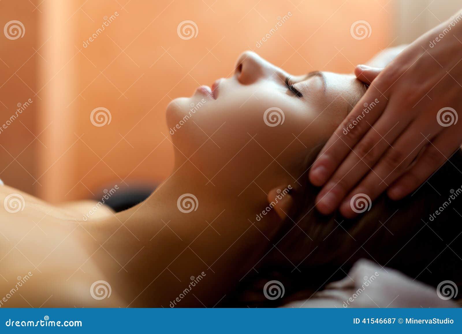 Femme ayant un massage