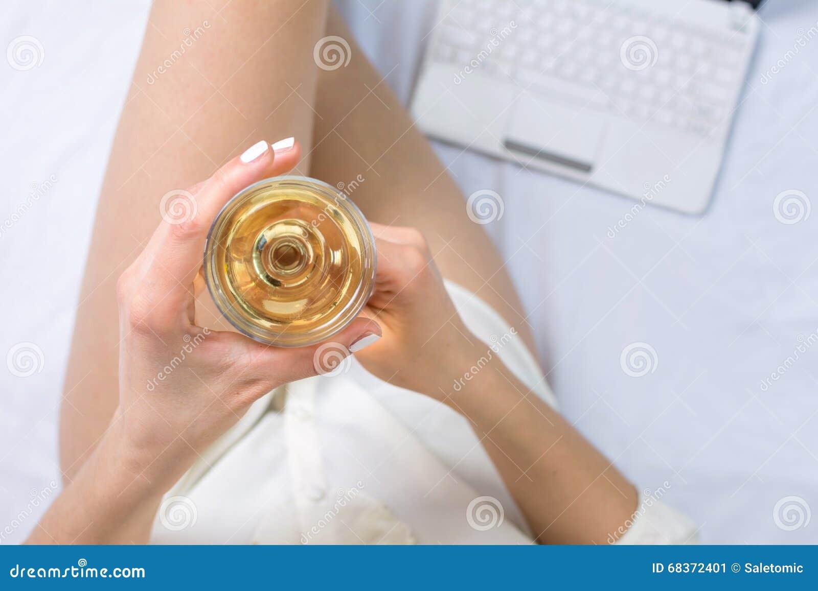 femme ayant un verre de vin dans le lit image stock. Black Bedroom Furniture Sets. Home Design Ideas