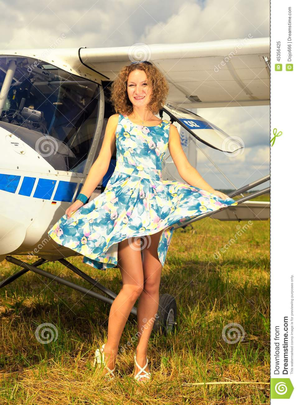 Femme beautyful de mode dans l avion ultra-léger voisin de robe de pin-up de style