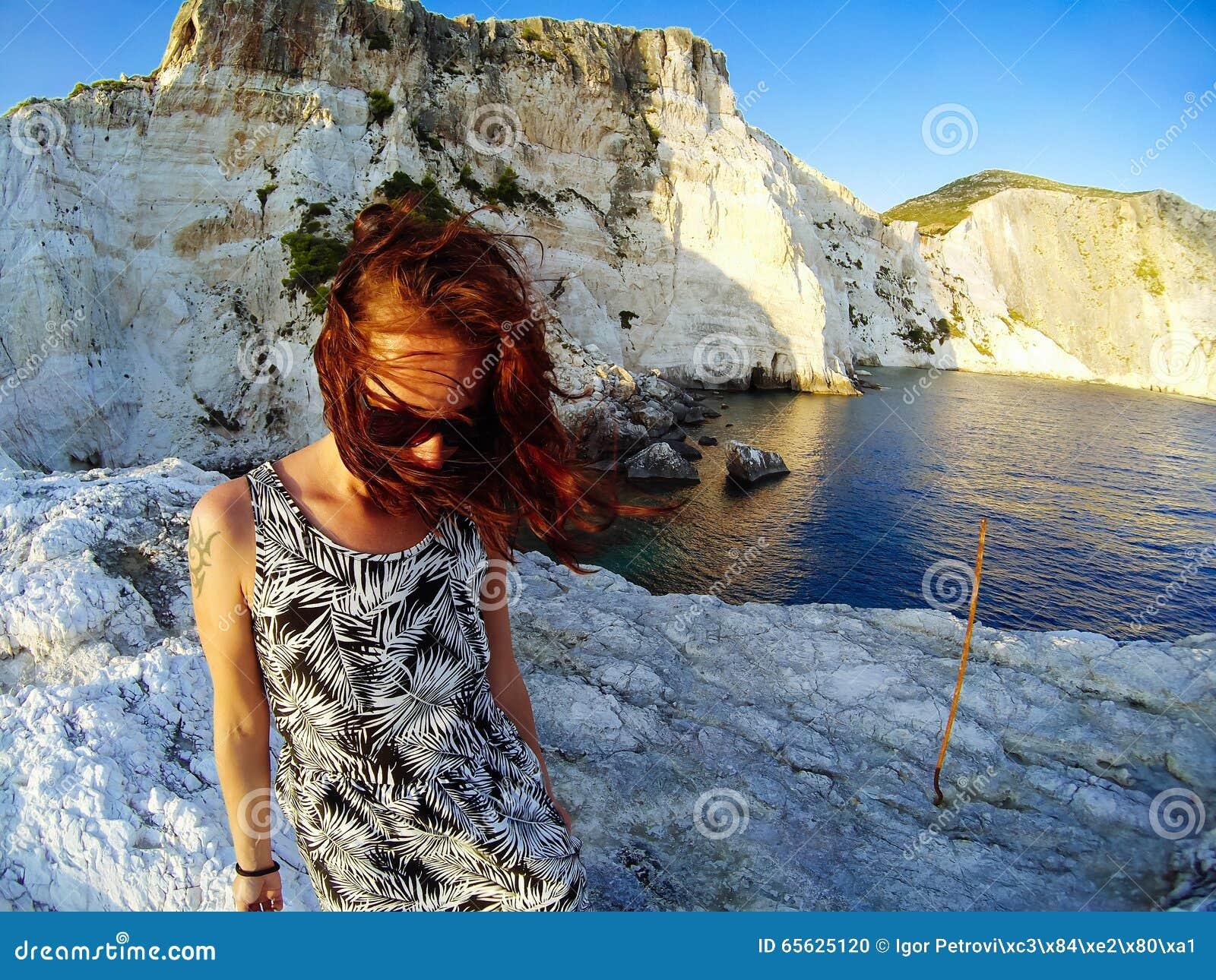 Femme belle avec le tatouage sur son épaule