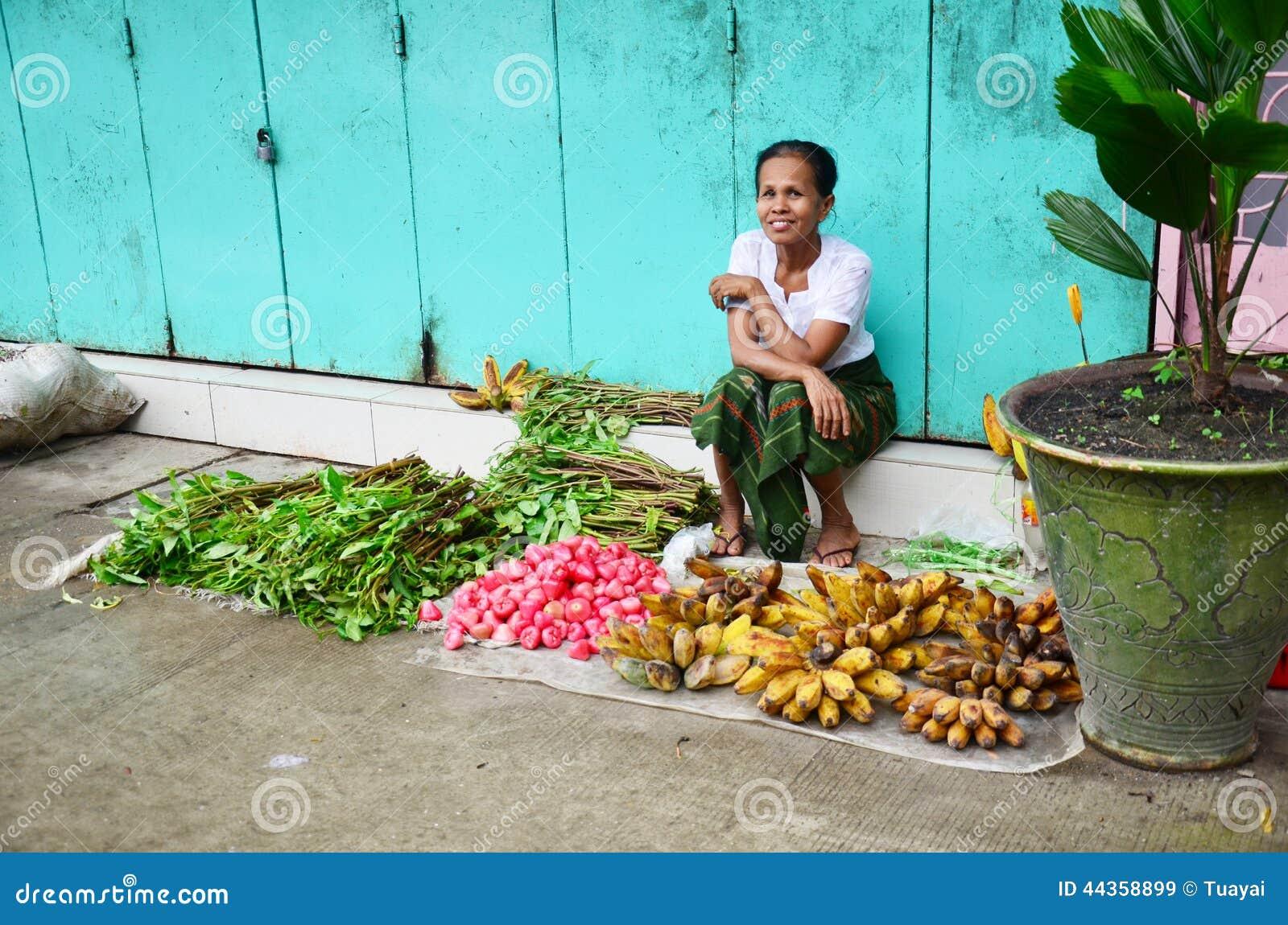 Femme birmanne vendant des fruits et légumes au marché de boeufs