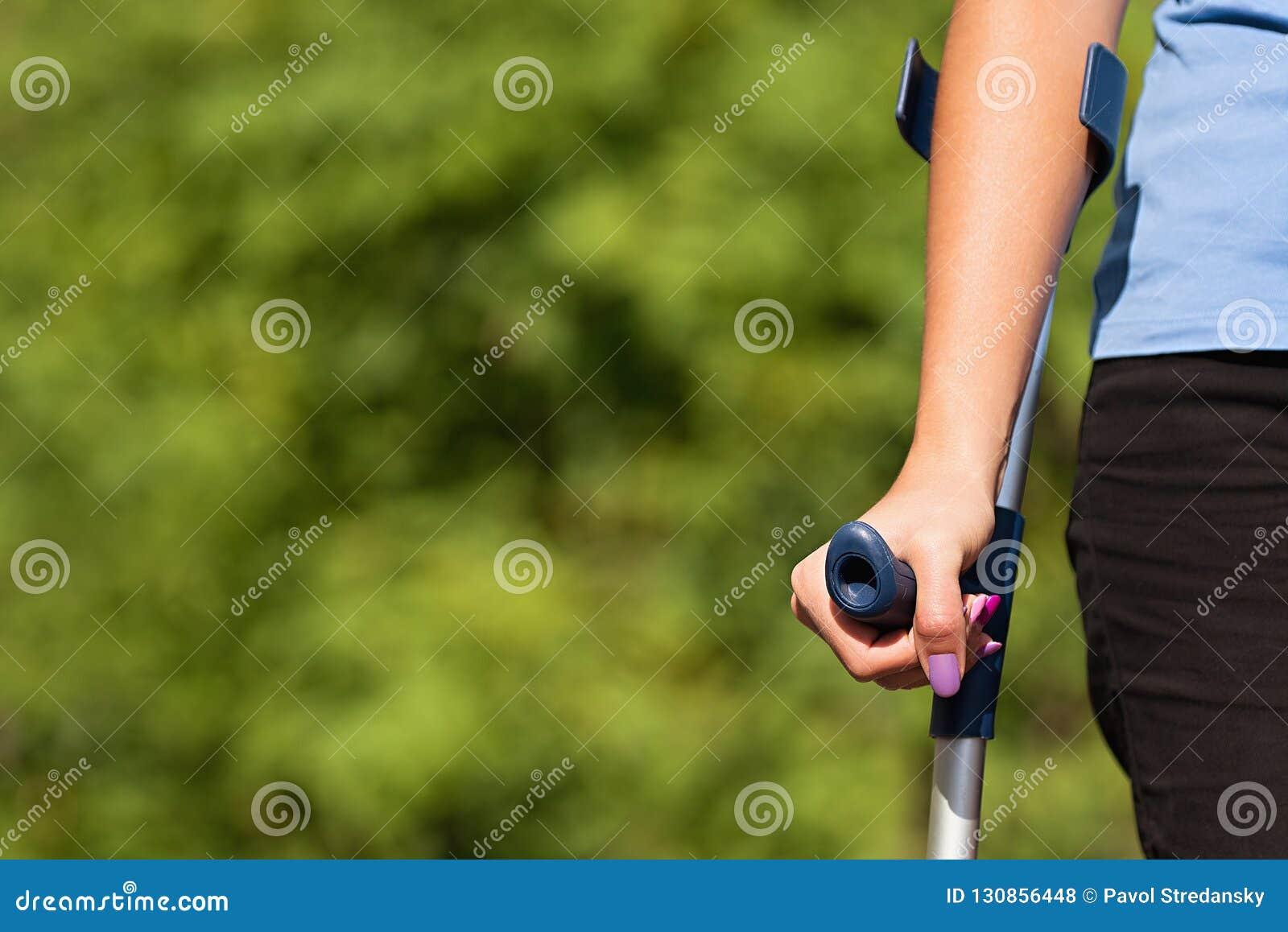Femme blessée essayant de marcher sur des béquilles