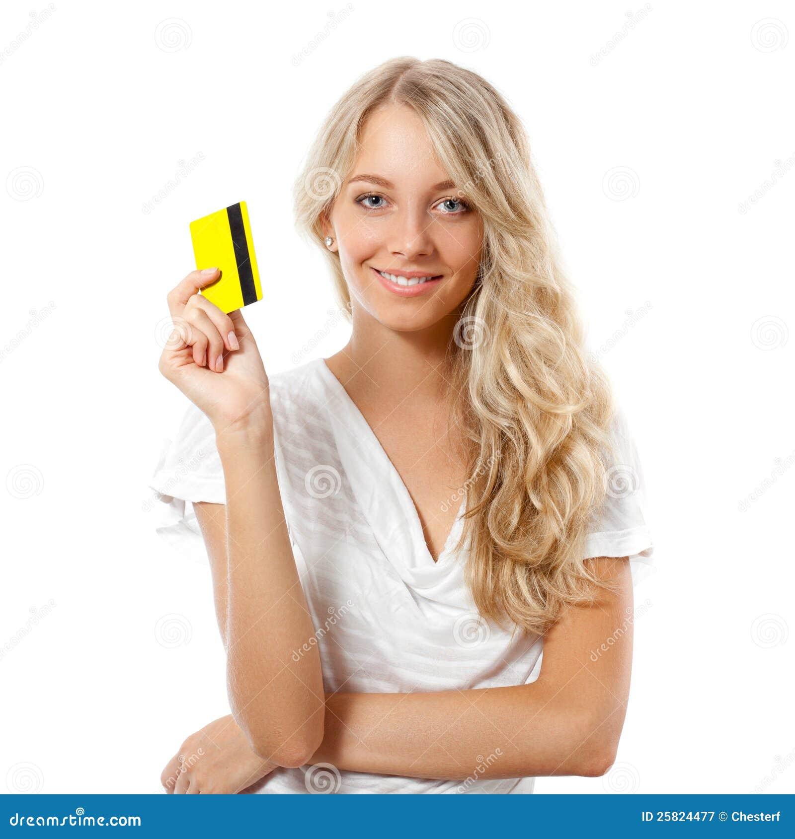 Femme blond retenant par la carte de crédit jaune
