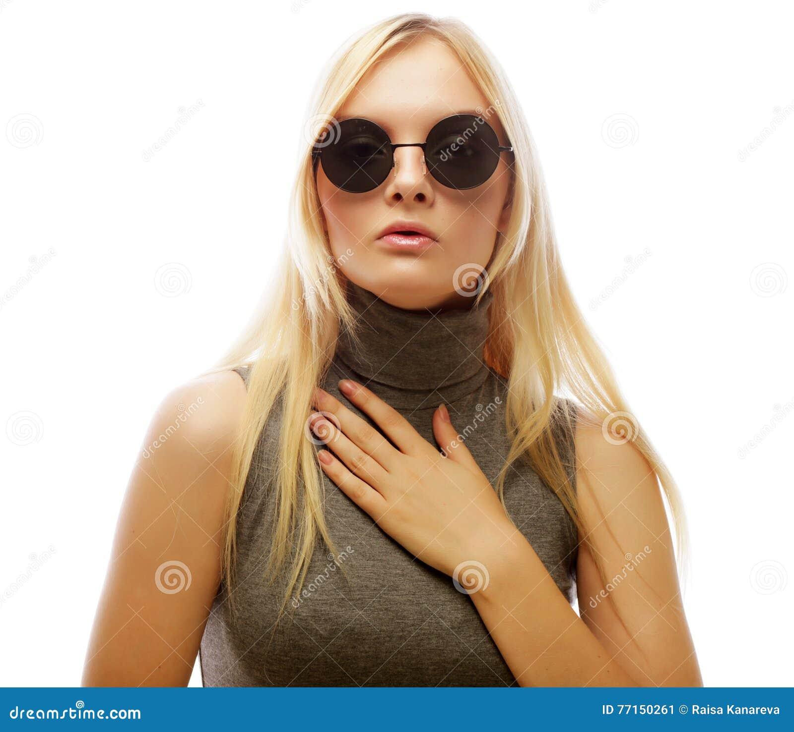 Femme blonde élégante de beauté posant en vêtements à la mode et Bi