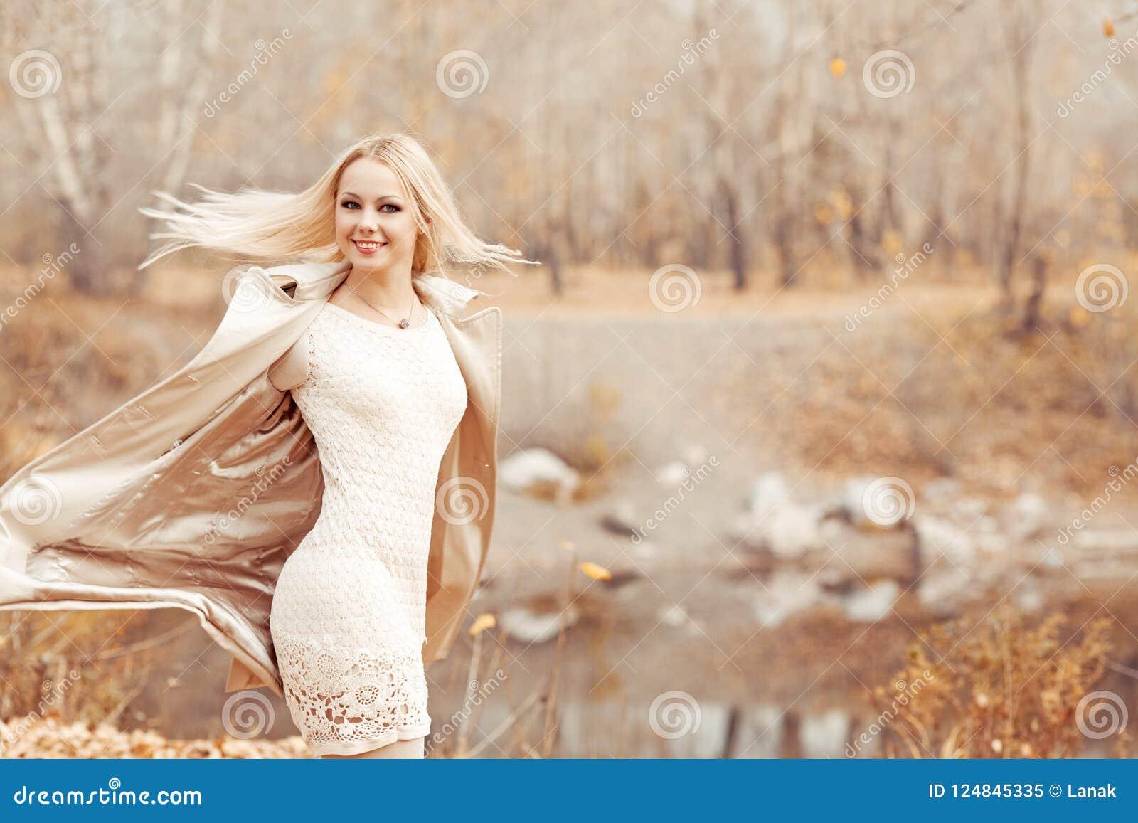 Femme blonde élégante en parc d automne