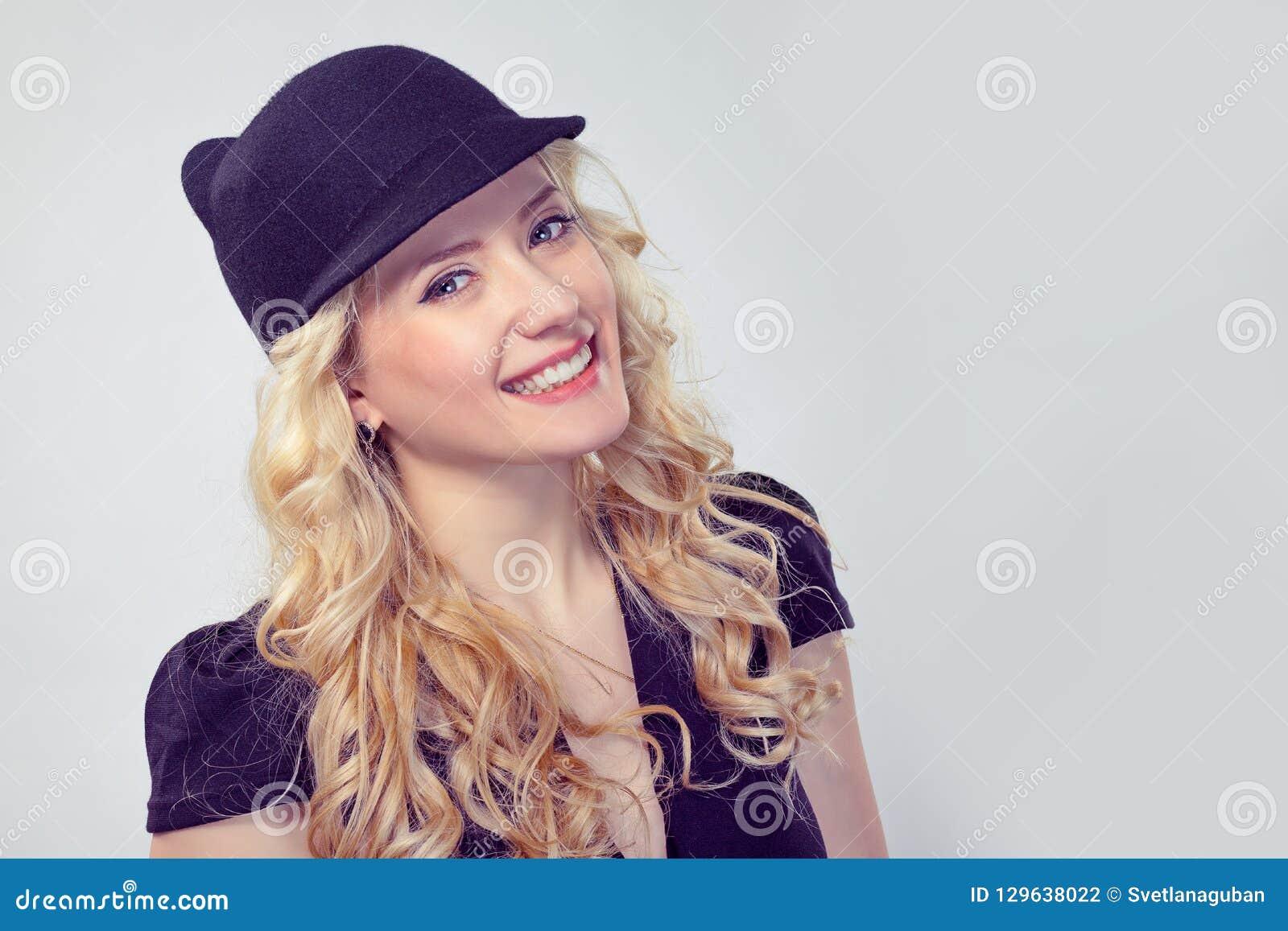 Femme blonde adorable dans le chapeau élégant