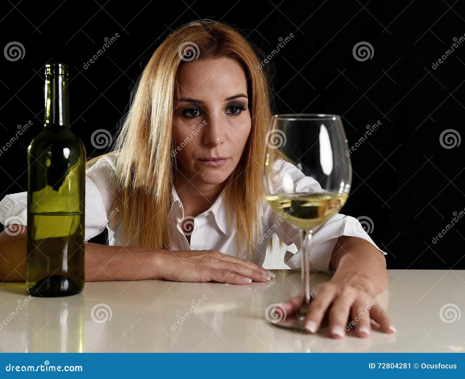 femme blonde alcoolique ivre dans le visage d prim gaspill semblant r fl chi au verre de vin. Black Bedroom Furniture Sets. Home Design Ideas