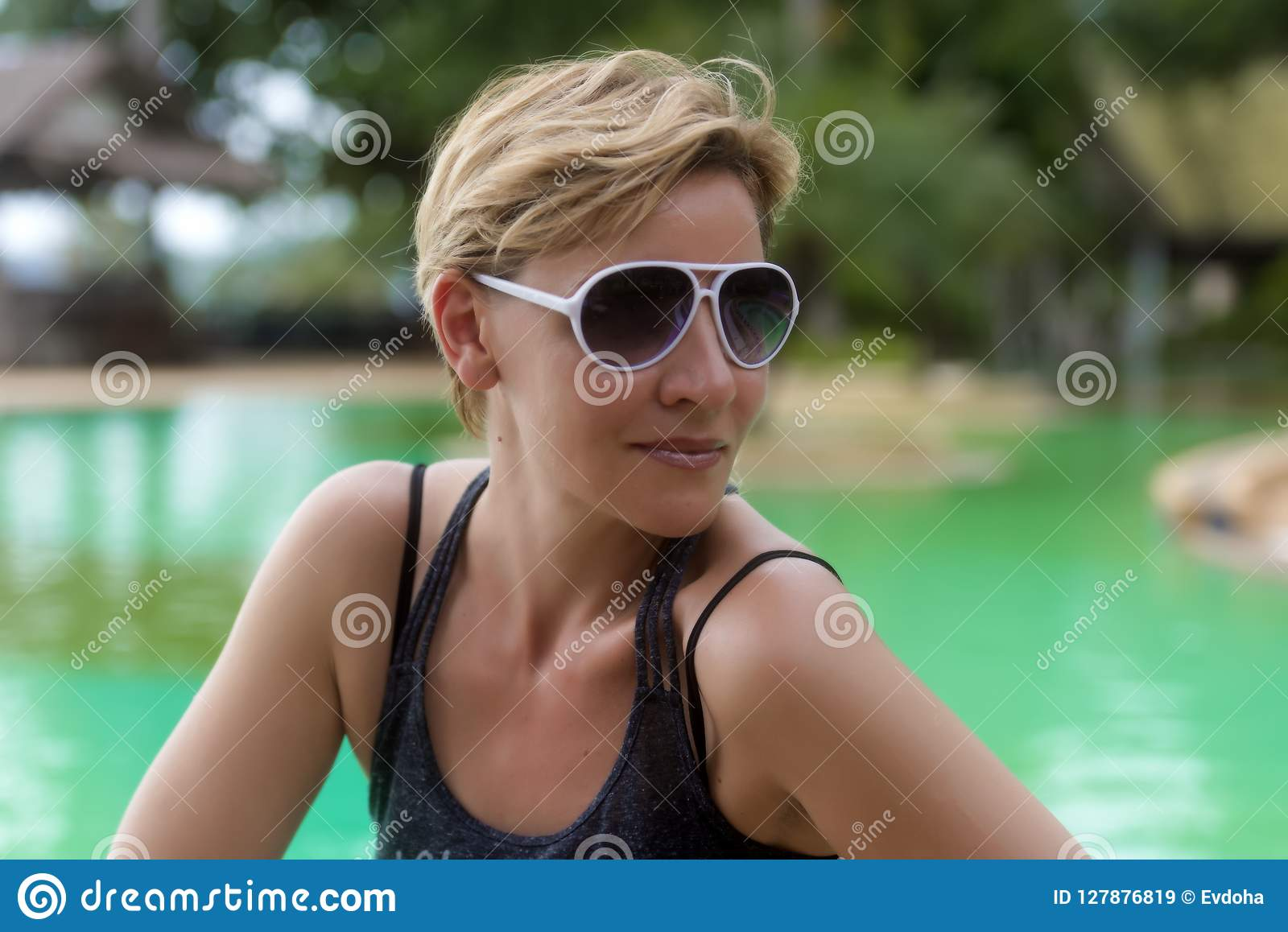 Femme Blonde 30 Années Avec Une Coupe De Cheveux Courte Dans
