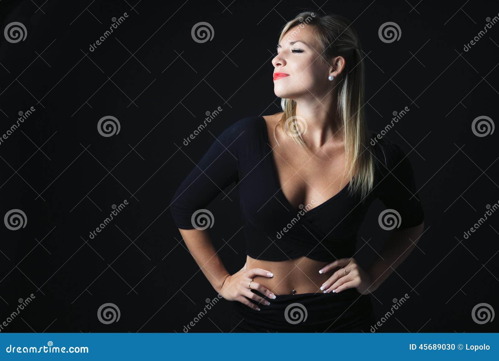 Femme blonde attirante sur le studio