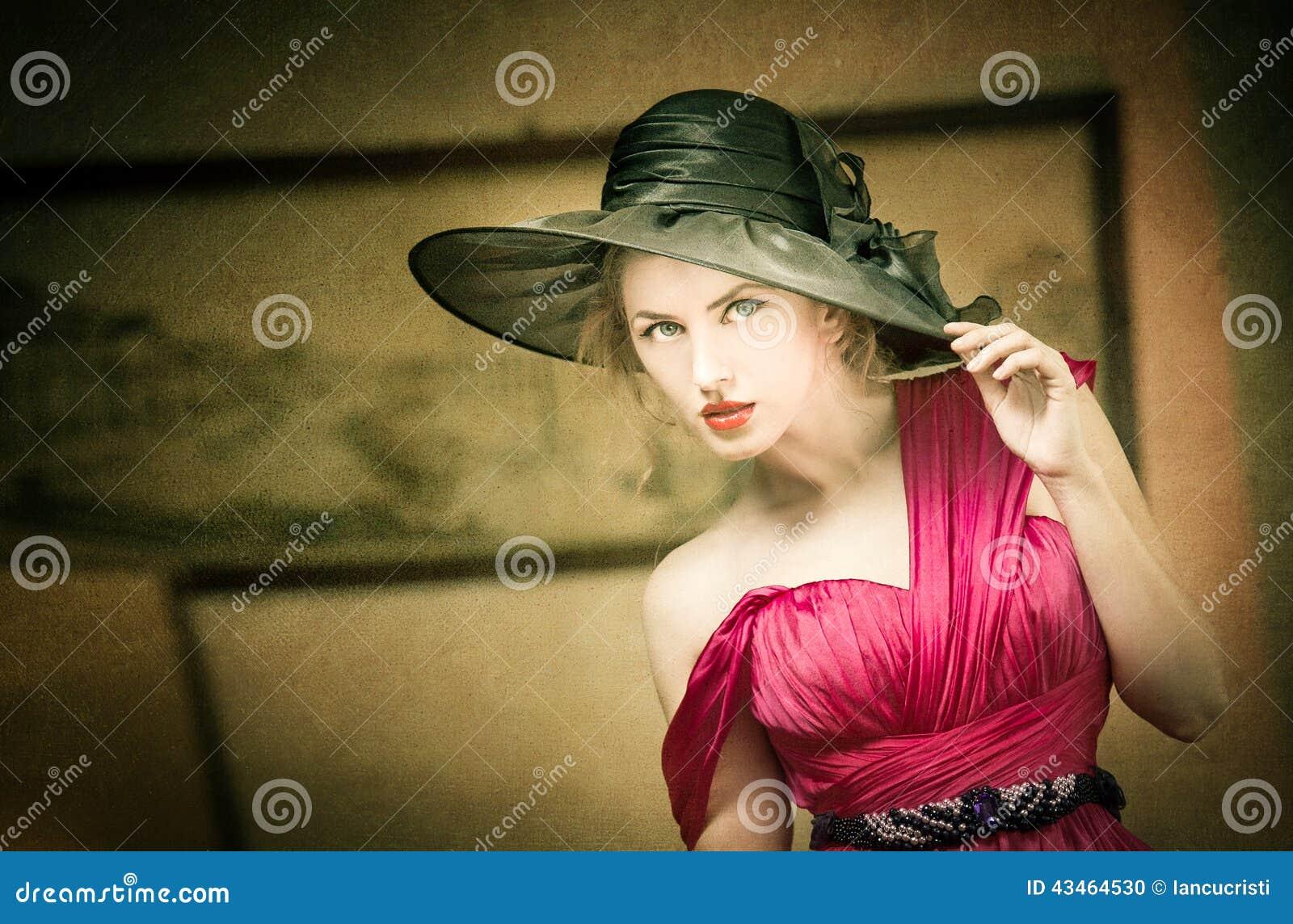 Femme blonde avec du charme avec le chapeau noir, rétro image Vintage de pose femelle de jeunes beaux cheveux justes Madame mysté