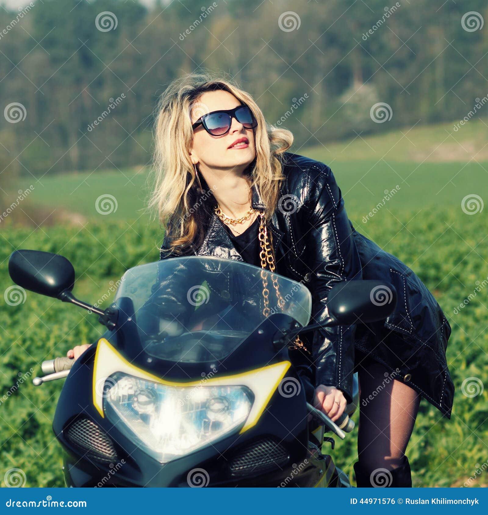 femme blonde dans des lunettes de soleil sur une moto de sports photo stock image du couleur. Black Bedroom Furniture Sets. Home Design Ideas