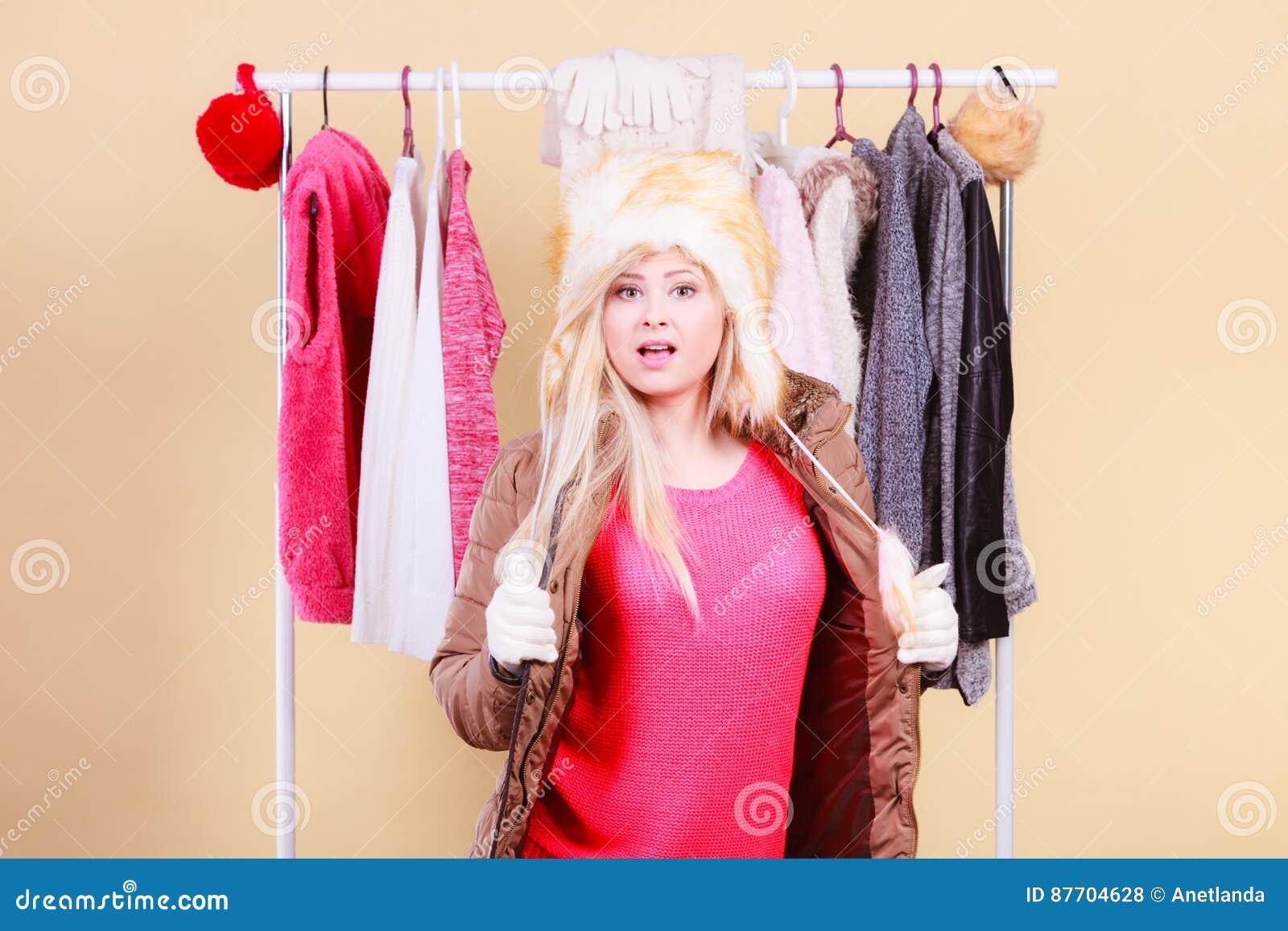 Femme blonde dans le chapeau velu chaud d hiver