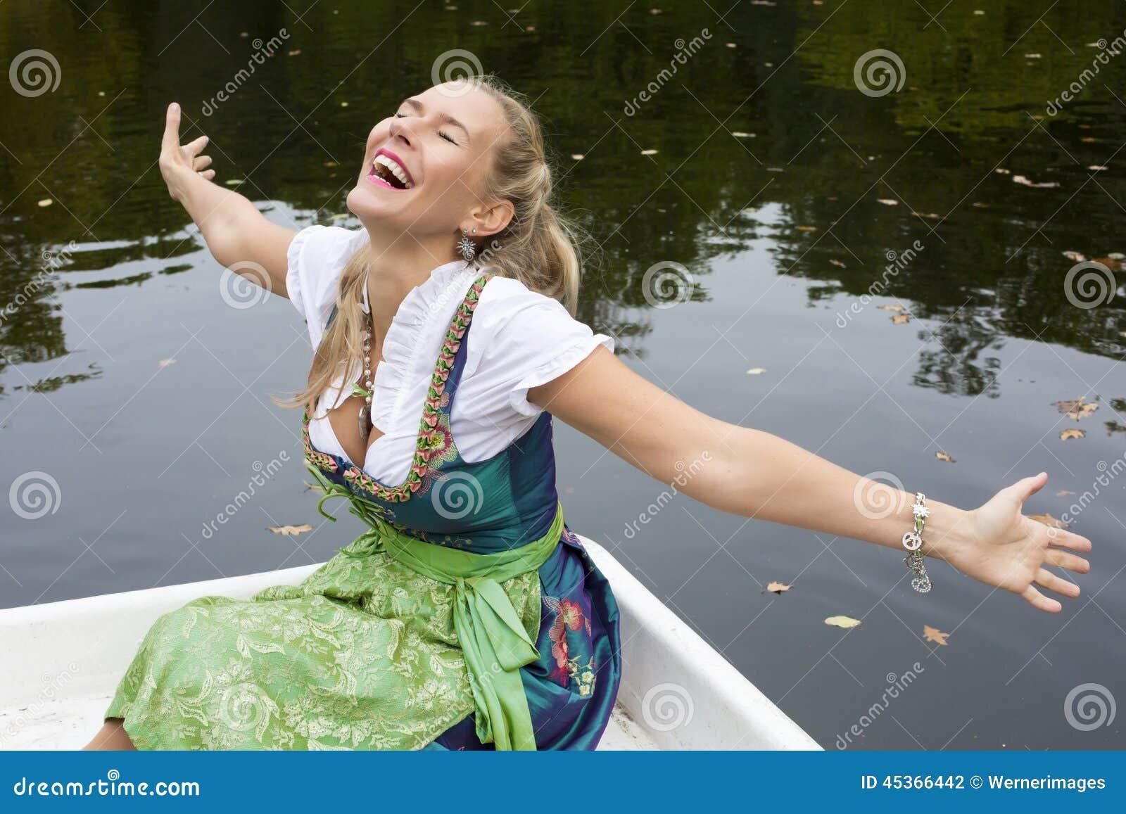 Femme blonde dans le Dirndl