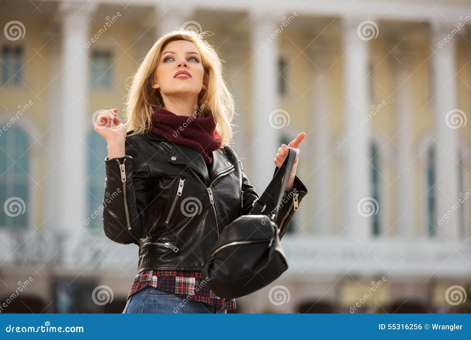 Femme blonde de jeune mode dans la veste en cuir avec le - Femme blonde photo ...