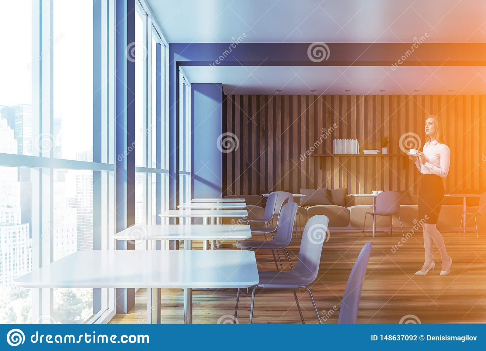 Femme blonde en caf? gris et en bois avec des sofas