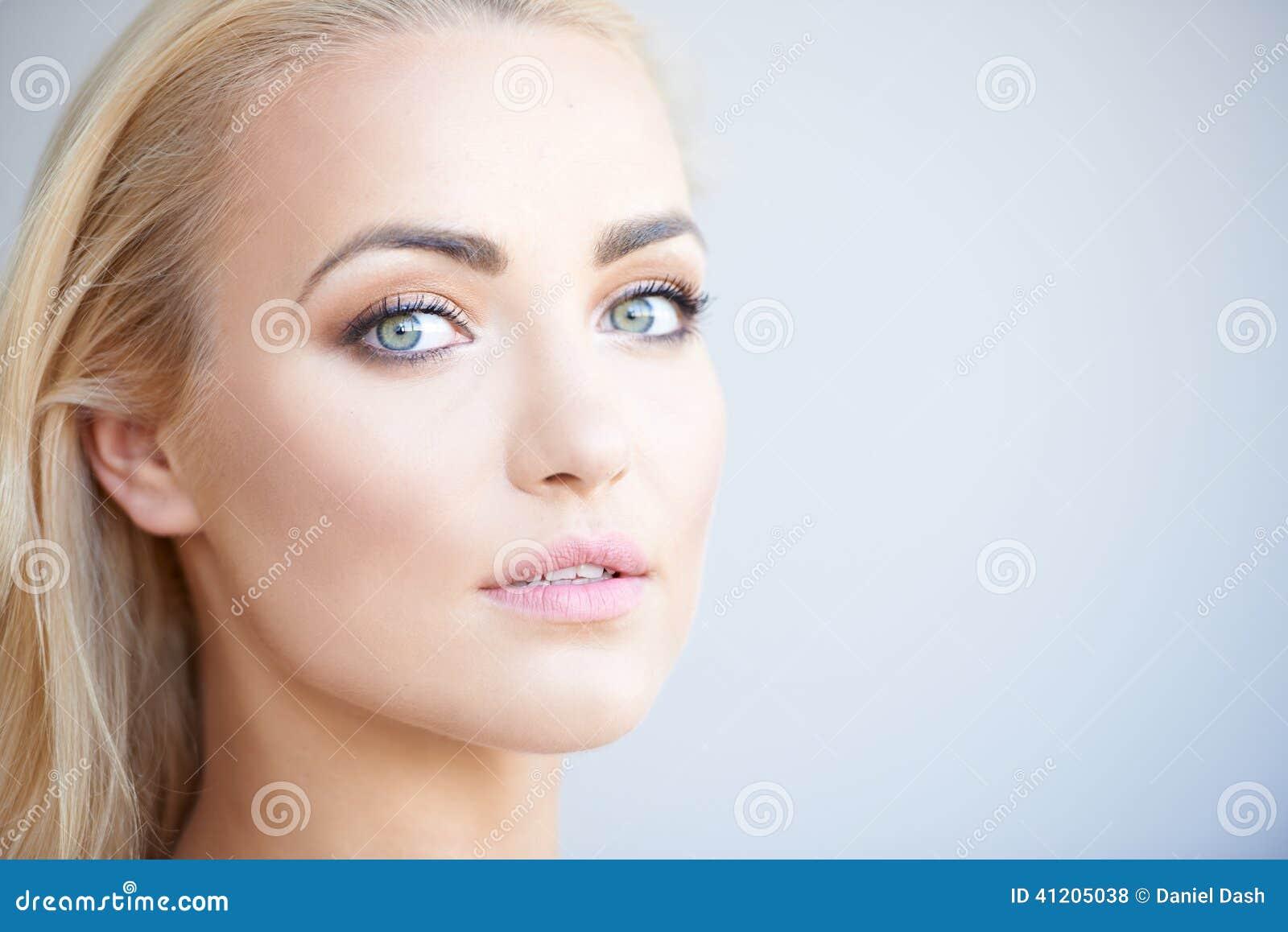 femme blonde magnifique avec de beaux yeux verts photo. Black Bedroom Furniture Sets. Home Design Ideas