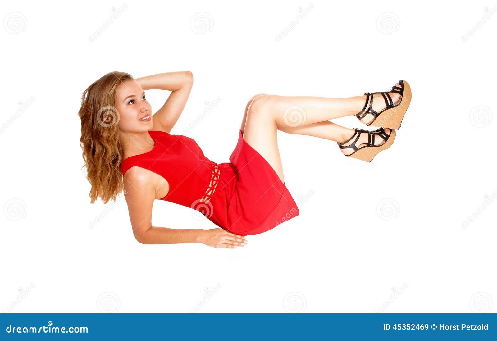 Femme blonde se trouvant sur le plancher