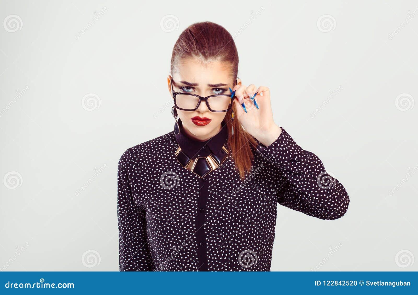 Femme bouleversée tenant des verres regardant vers le bas avec scepticisme vous