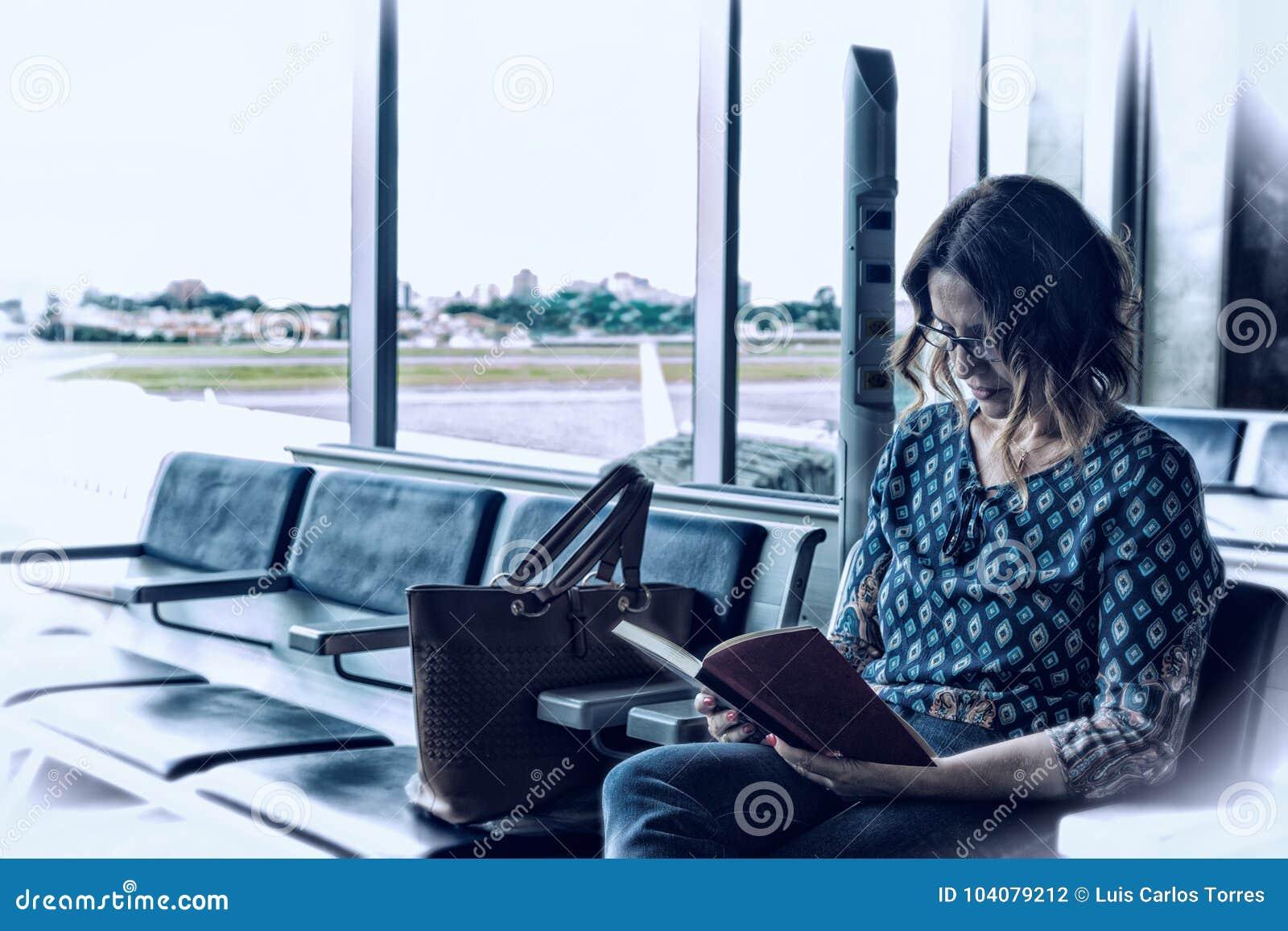 Femme brésilienne reposée et lisante un livre