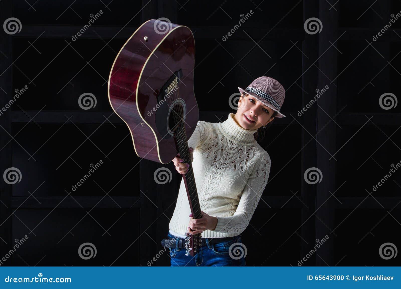 Femme brandissant une guitare