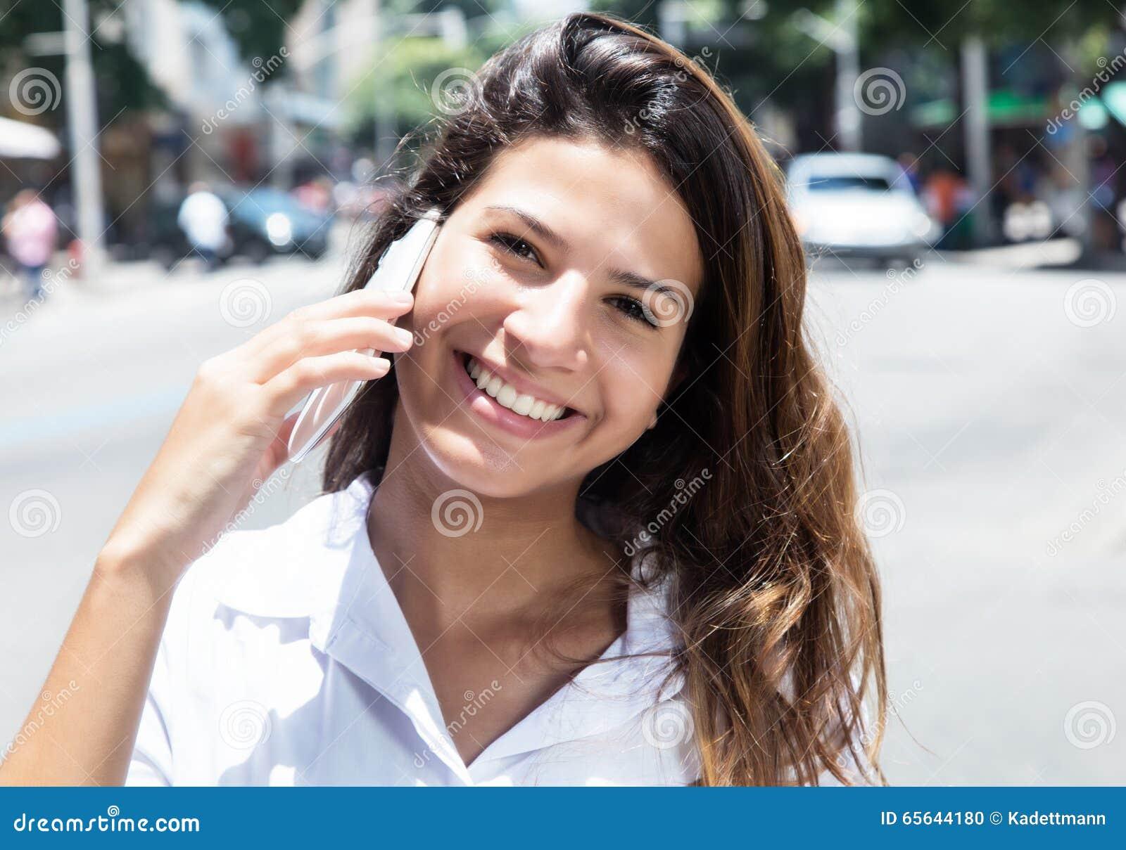 Femme caucasienne avec le téléphone portable dans la ville