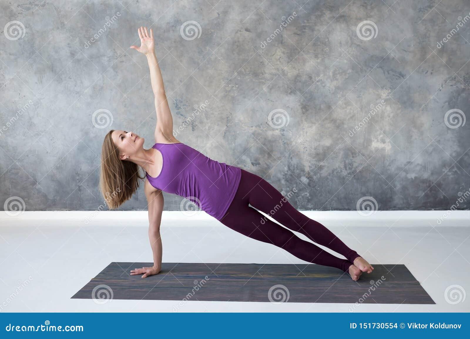 Femme Caucasienne Mince Faisant La Pose Laterale De Yoga De Planche Dans Le Studio De Forme Physique Photo Stock Image Du Professionnel Attrayant 151730554