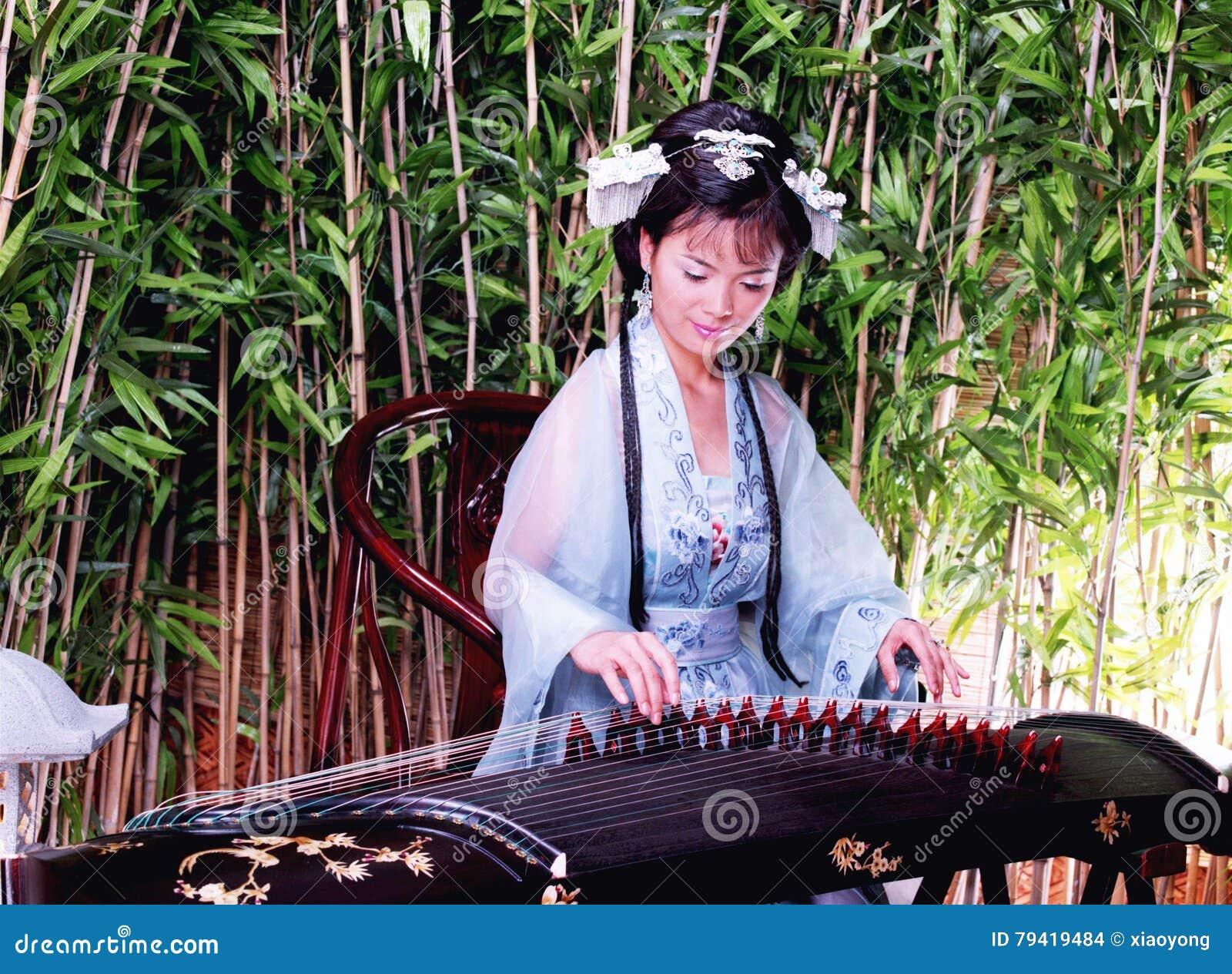 Femme chinoise dans la robe traditionnelle de Hanfu
