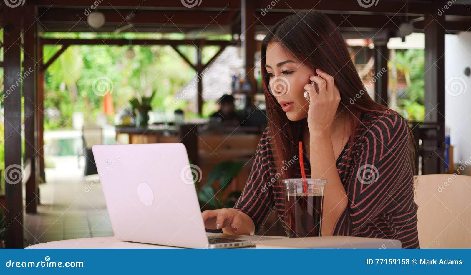 Femme chinoise travaillant à son papier en dehors de café