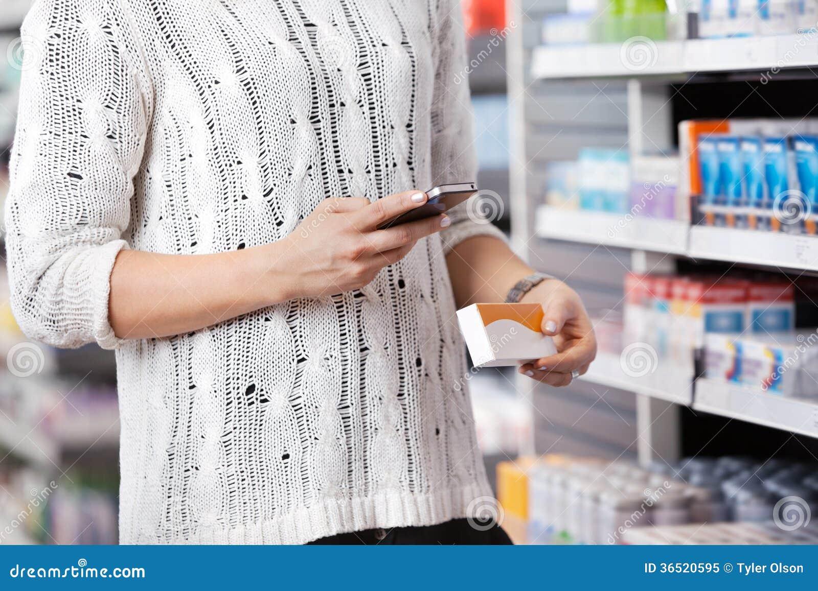Femme composant au téléphone portable