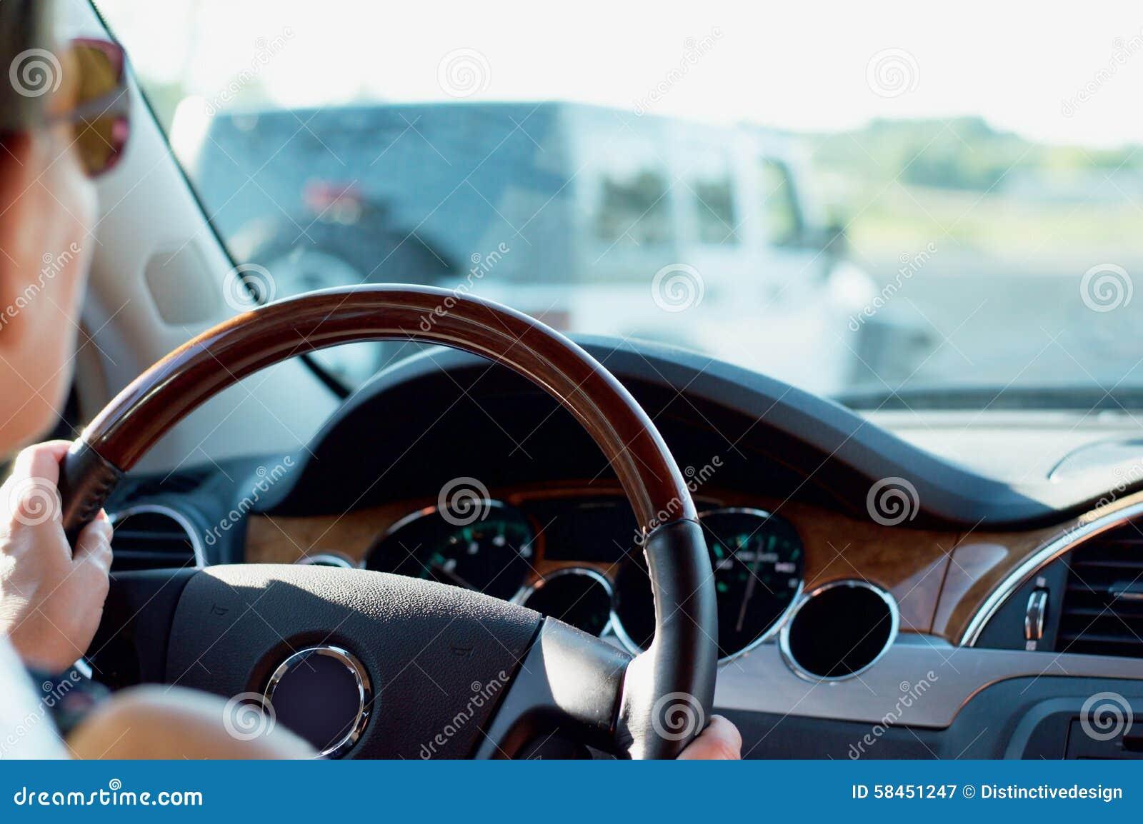 Femme conduisant la voiture sur la route