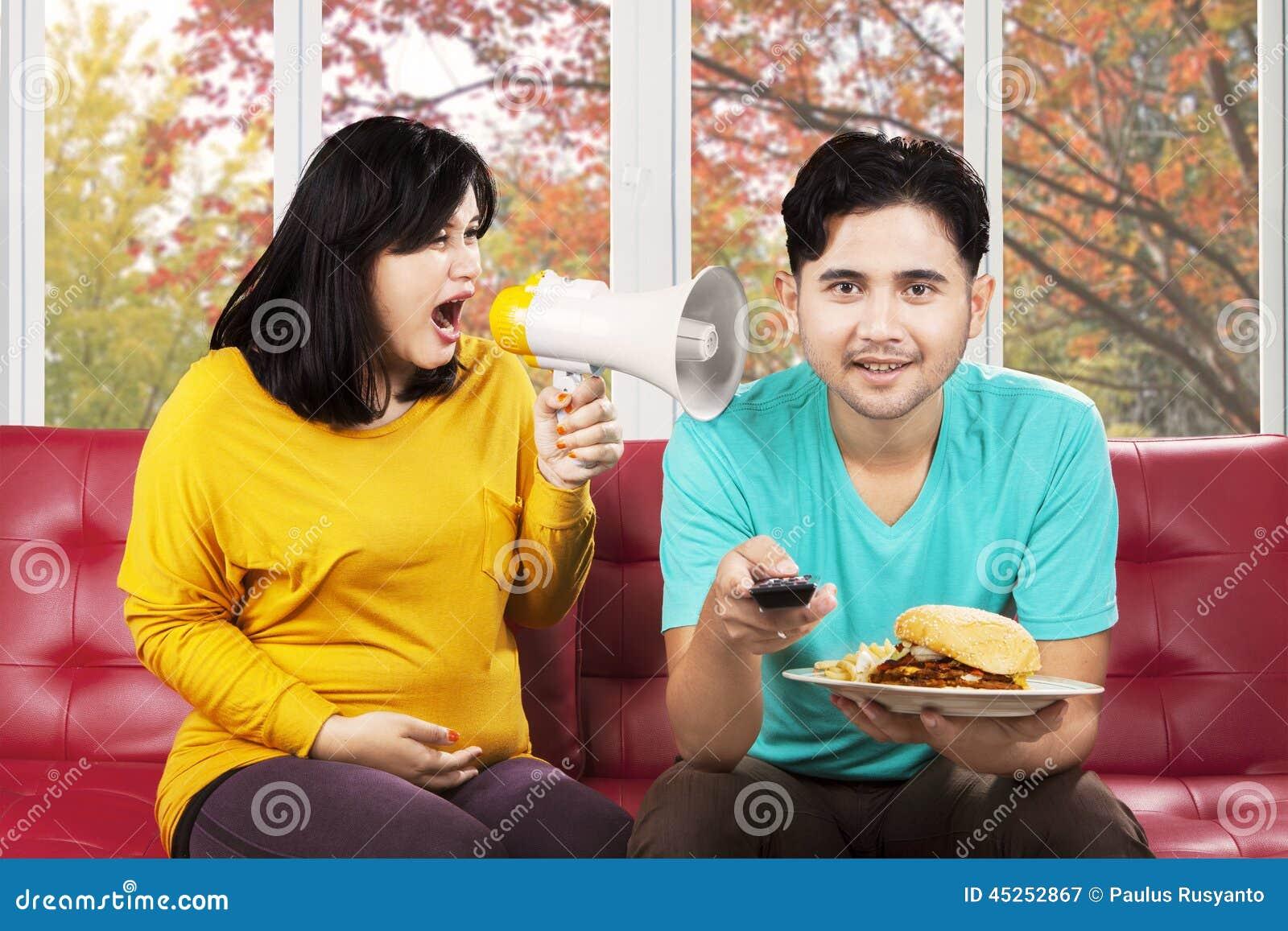 Femme contrariée hurlant à son mari