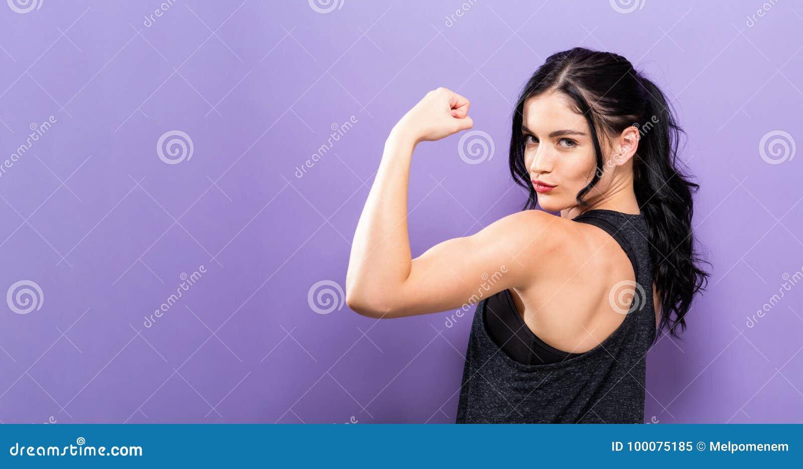 Femme convenable de jeunes puissants