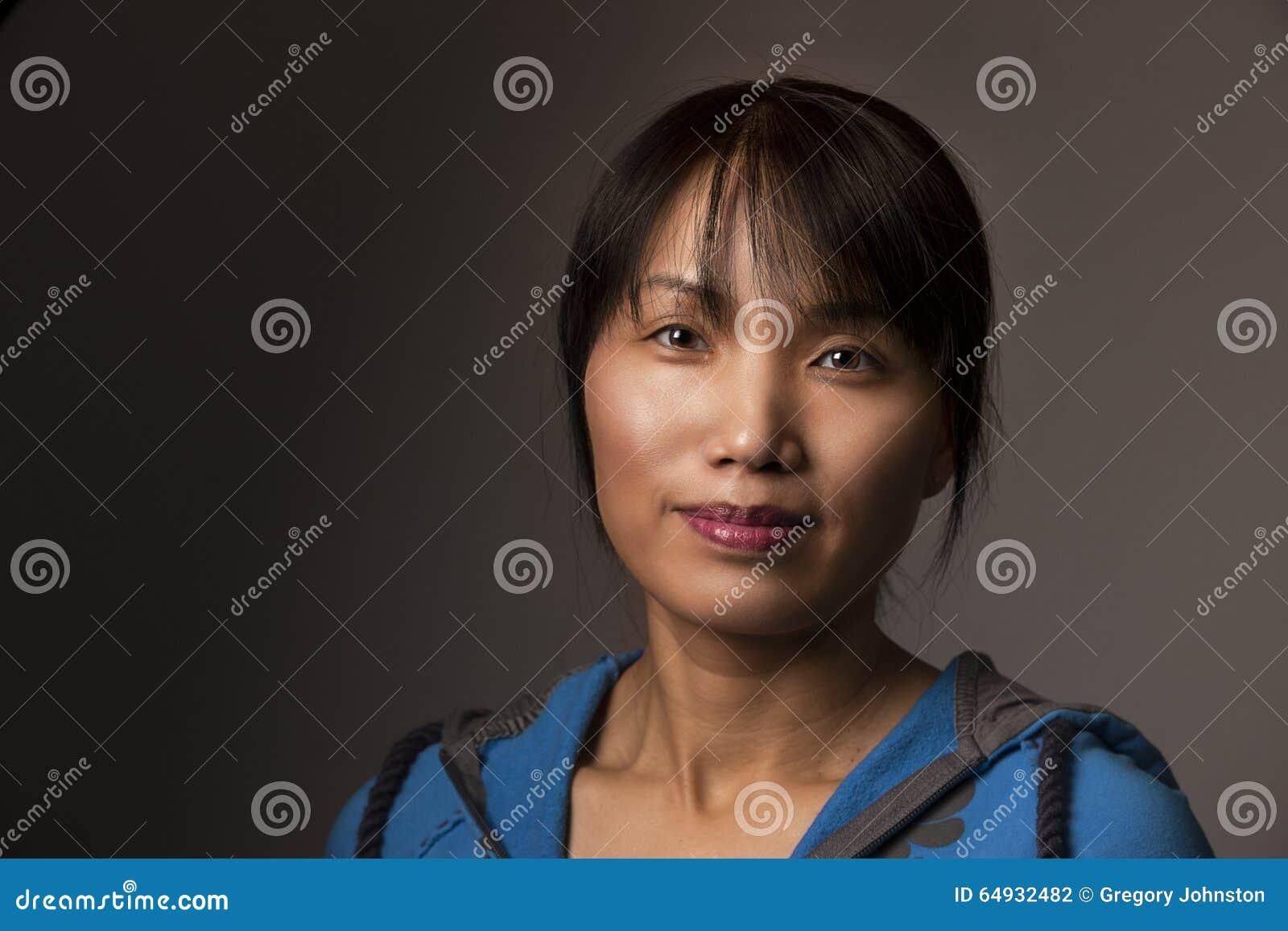 Femme coréenne dans le style occasionnel