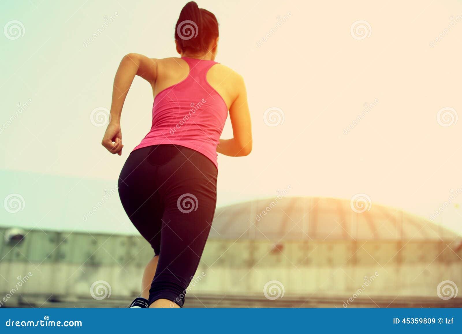 Femme courant sur des escaliers de montagne