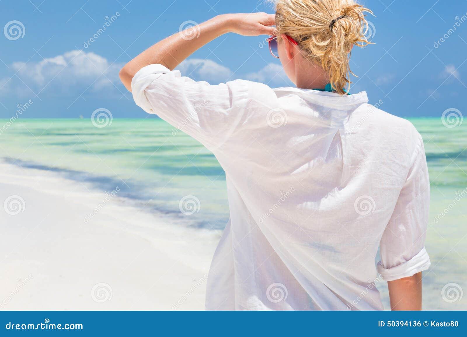 femme courant sur la plage dans la chemise blanche photo stock image 50394136. Black Bedroom Furniture Sets. Home Design Ideas