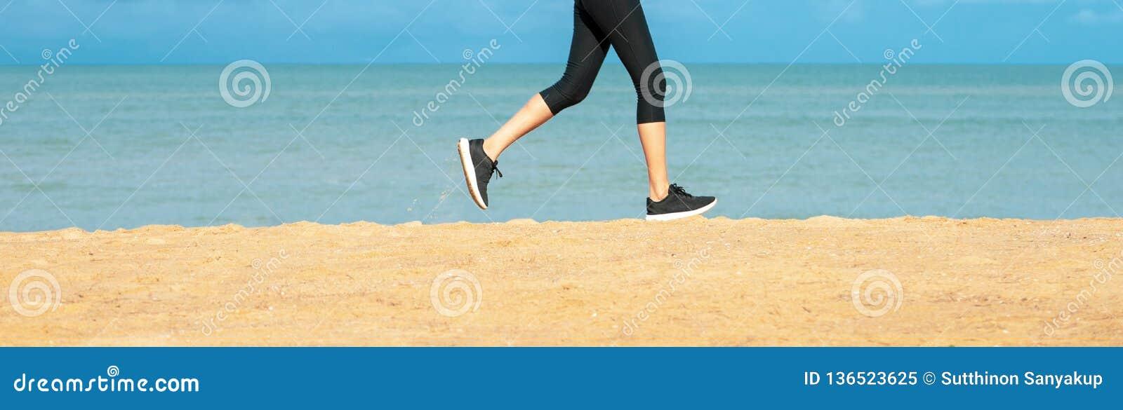 Femme courant Turbine femelle courant pendant la séance d entraînement extérieure sur la plage Modèle de forme physique à l extér