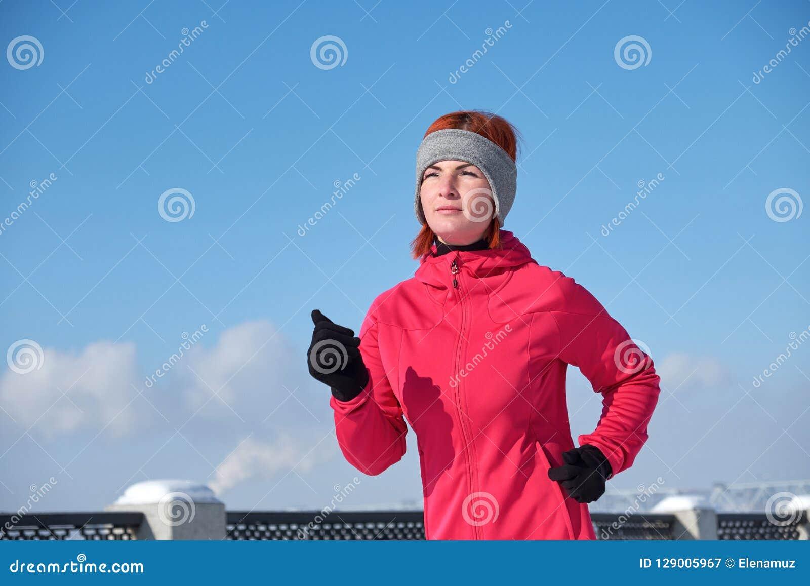 Femme courante d athlète sprintant pendant l extérieur i de formation d hiver