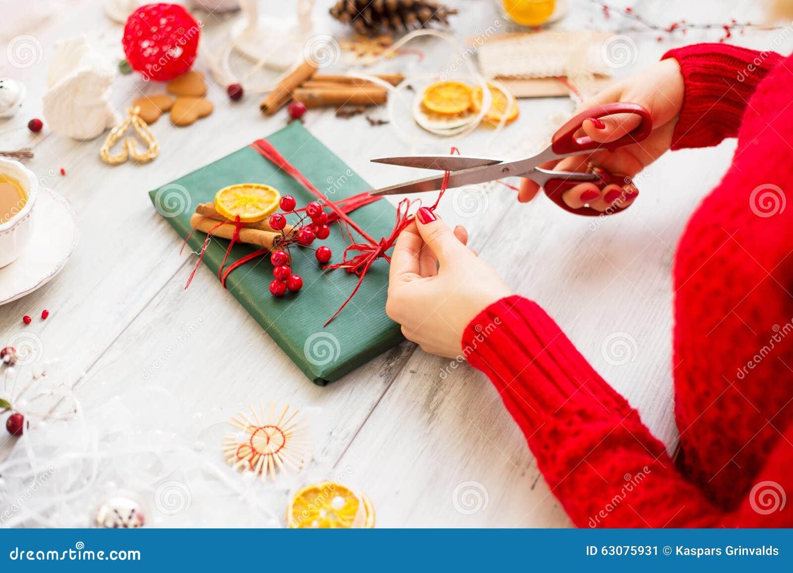 Download Femme Créative Enveloppant Le Cadeau Image stock - Image du créateur, lifestyle: 63075931