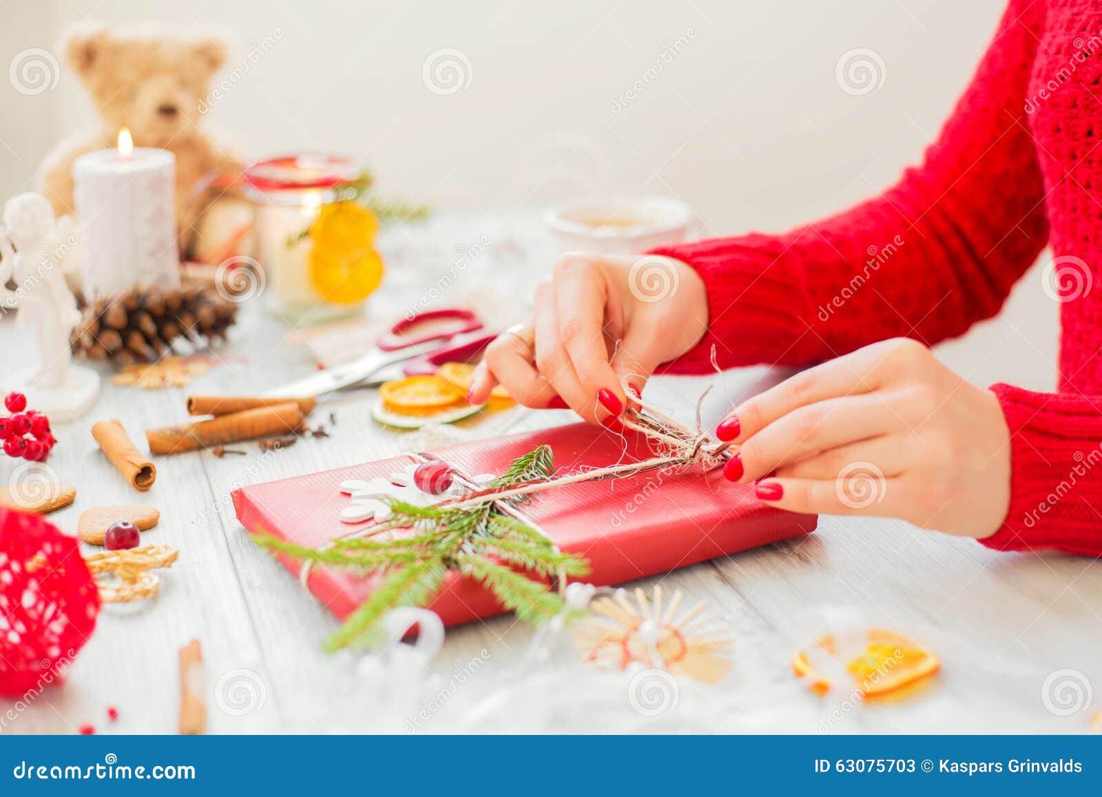 Download Femme Créative Faisant Des Cadeaux Image stock - Image du cadeau, photo: 63075703